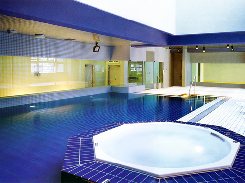 1年中泳げる室内プールは天然温泉!