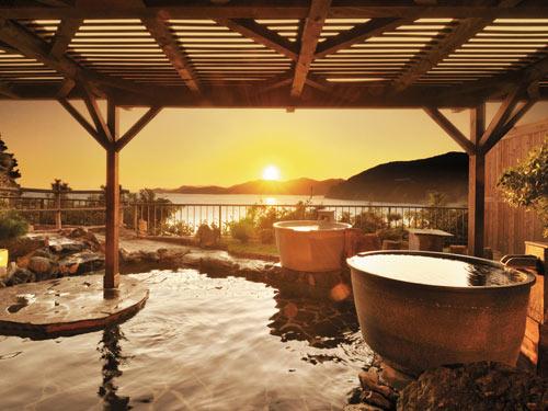 夕陽に染まる天然温泉露天風呂