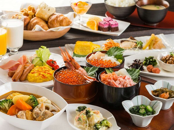 とれたてのおいしさを朝食で!新鮮な北海道の海鮮を好きなだけのせて作る勝手丼が大人気☆ 北海道に泊まろう ホテルプラン 北海道のおいしい朝食付!小学生まで添い寝OK!