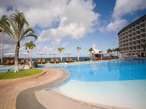 基本(割増なしでOK)ホテル「沖縄かりゆしビーチリゾート・オーシャンスパ」ガーデンプールと外観