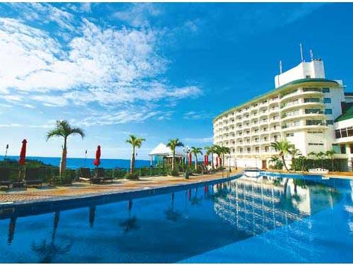 外観と屋外プール(基本ホテル・沖縄かりゆしビーチリゾートオーシャンスパ)のイメージ