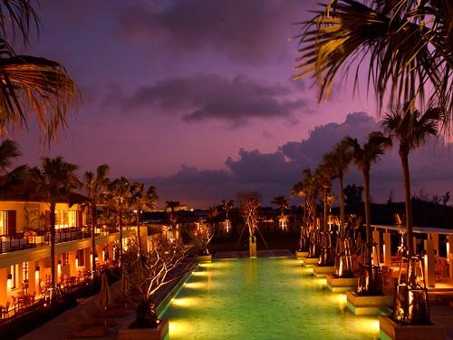 屋外プール イメージ ※夜にはプールがライトアップ