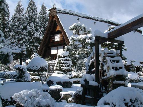下呂温泉合掌村の雪景色のイメージ