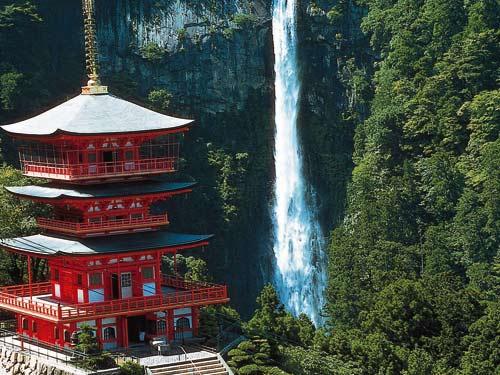 青岸渡寺と那智の滝のイメージ