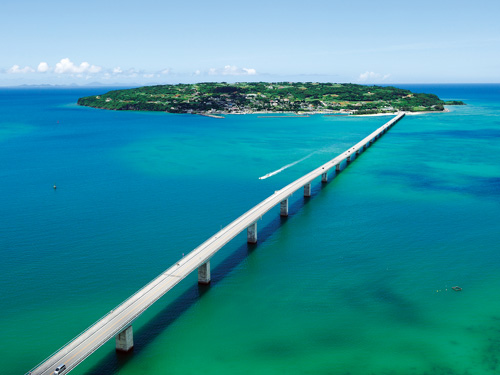 2日目割増追加代金オプションの「美ら島終日バスツアーの車窓地 古宇利大橋のイメージ」