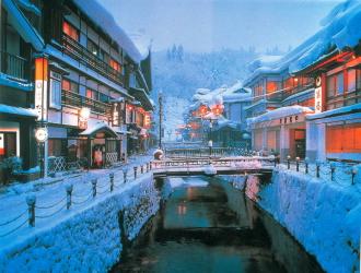 銀山温泉街(冬)のイメージ ☆大正末期から昭和初期に建てられた洋風木造多層の旅館が銀山川の両岸に沿って軒を並べ、昔ながらの独特な景観を味わうことができます。