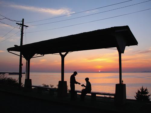 下灘駅からの夕陽(イメージ) ※季節・天候等により夕陽がご覧いただいけない場合がございます。