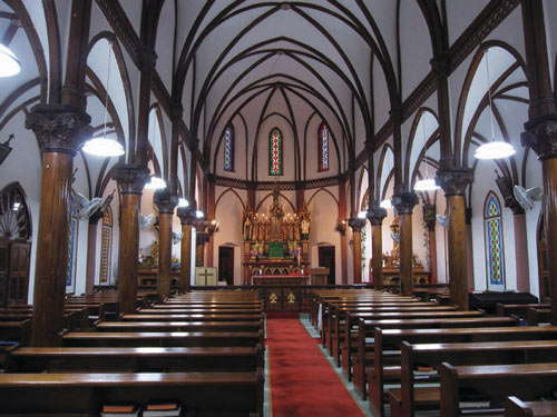 中通島 青砂ケ浦教会 ※教会内のステンドグラスは見るものを魅了します。 画像提供:長崎県観光連盟