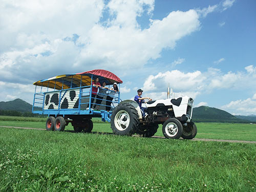 えらべる体験アイテムの一例 道東(弟子屈)「渡辺体験牧場」 トラクターバス イメージ