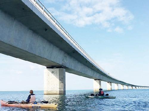 砂の浜「ユニ」上陸ツアー 伊良部大橋の下をくぐる イメージ