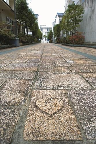松江市内・カラコロ広場 ハートの石畳
