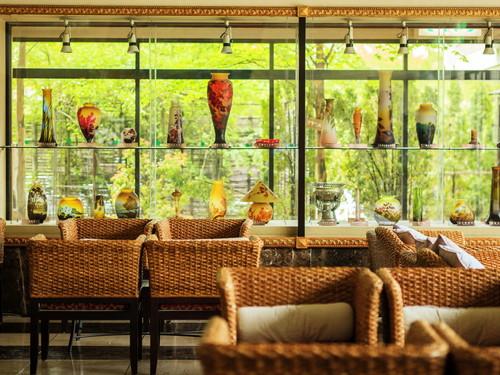 吹き抜けの優雅なロビー、青く輝くプールがリゾート感を演出する館 にっぽん全国 夕食バイキングの宿 オリエンタルガーデン 2名