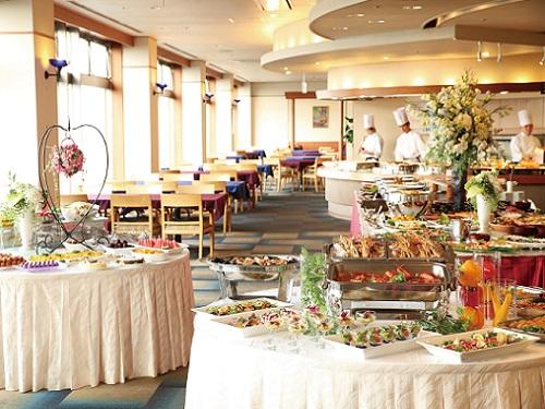 オープンキッチンで出来立ての料理をご用意【バイキング】 うまし海伊勢志摩★ 詩季バイキング 望館 山側和室